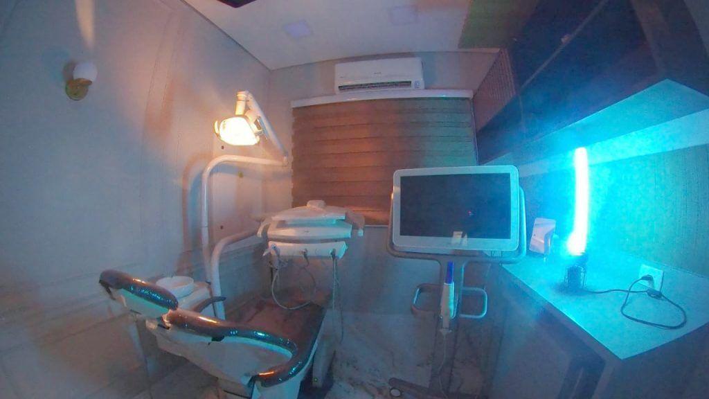 sala sendo desinfectada com luz ultravioleta
